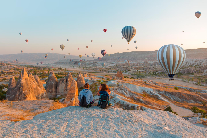 La partie Est du plateau anatolien comprend le sommet le plus élevé de Turquie, le Mont Ağrı (5 137 m) où serait située l'Arche de Noé. Une région qui est traversée par l'histoire et les religions. Les églises et les monastères byzantins, les mausolées et les caravansérails seldjoukides, les élégantes mosquées et citadelles ottomanes parent de part et d'autre cette belle région. Des lieux uniques : le Mont Ağrı, le lac de Van et la citadelle urartéenne (inscriptions cunéiformes) et l'île d'Akdamar (église du Xème siècle), les bâtiments seldjoukides d'Erzurum, le Palais d'Ishak Pașa sont également situés dans la région. Le site archéologique d'Ani,  inscrit sur la Liste du Patrimoine Mondial de l'UNESCO, est la première étape en Anatolie sur la Route de la Soie. À Ani, les vestiges architecturaux religieux, civils et militaires appartenant aux cultures païennes, chrétiennes et musulmanes se hissent encore de nos jours. Les voies d'eau comme le Tigre (Dicle) et l'Euphrate (fırat) constituent un parcours idéal pour le rafting et le canoë. En outre, il est possible de skier dans les stations d'hiver et de faire du trekking dans la région.