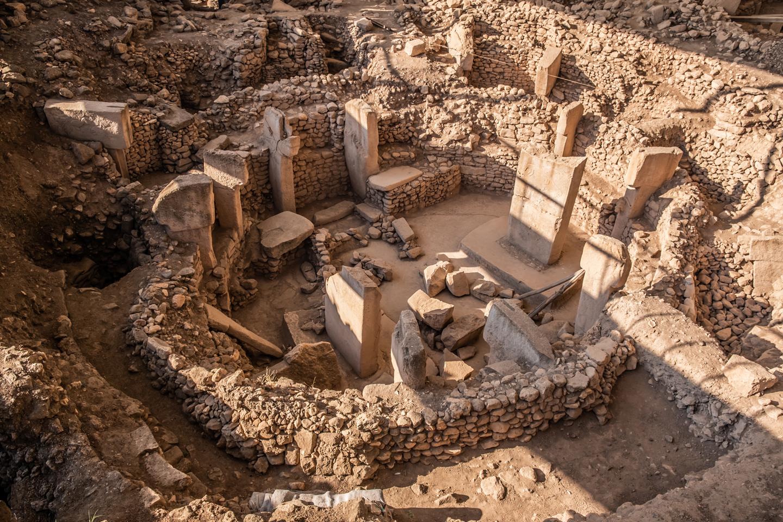 La région est symbolisée par la ville d'Adıyaman avec le Mont Nemrut. Quant à Gaziantep, célèbre pour la richesse de sa tradition culinaire, reconnue par l'UNESCO et faisant partie des villes créatives pour sa gastronomie, elle abrite la ville antique de Zeugma, réputée pour ses mosaïques ornant les planchers des résidences romaines. De nos jours, il est possible d'admirer ces mosaïques dans le musée constitué à cet effet. Karkamıș, fondé à l'endroit où le fleuve Euphrate (Fırat) traverse la frontière turco-syrienne, est un important centre historique. On y trouve également le village de Yesemek, office d'atelier de sculpture à ciel ouvert fondé entre 1200 et 800 av. J.C. Ainsi, la région compte plus de 200 sculptures hittites. Șanlıurfa, où serait né Abraham, est la ville où se trouve le lac aux poissons ainsi que Göbeklitepe, site archéologique des débuts du Néolithique, qui a permis la compréhension de l'histoire de l'humanité et qui figurera certainement parmi les découvertes archéologiques majeures du 21ème siècle. Mardin, ville-musée avec ses maisons historiques, est connue pour sa forteresse (10ème siècle après J.C.), ses mosquées, sa Grande mosquée (12ème siècle), la medersa de Kasımiye (15 ème siècle), ainsi que pour ses ponts.