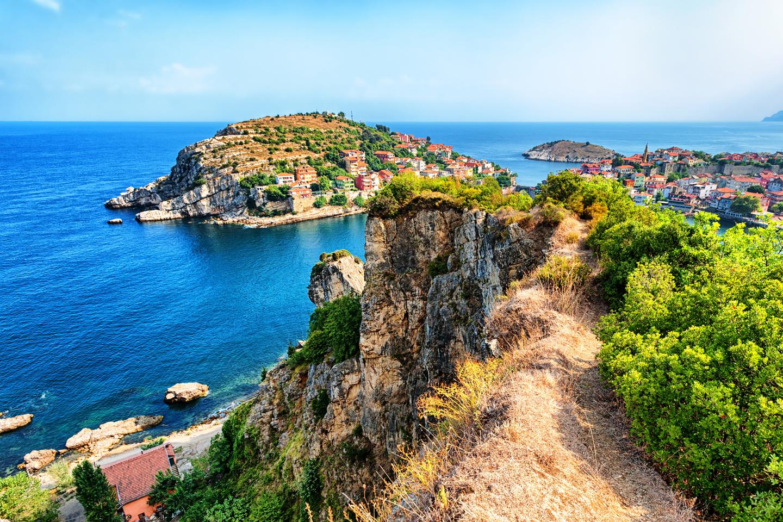 Cette région verdoyante concentre la moitié des 7.000 espèces de plantes qui poussent en Turquie. C'est le centre mondial de la production de noisettes et de thé, prépondérant dans la région depuis plus de 64 ans. Grâce à ses plages immenses et ses forêts magnifiques, il est possible de pratiquer diverses activités telles que la chasse et la pêche, le trekking ainsi que le rafting sur la rivière Çoruh. Trabzon, ville fondée au 8ème siècle av. J.C., où se situe le monastère de Sümela, (XIVème siècle) est l'un des monuments les plus importants de la région. La ville de Safranbolu, dépendante du district de Karabük, située dans la région ouest de la Mer Noire en Turquie, est inscrite sur la Liste du Patrimoine Mondial de l'UNESCO depuis 1994. Du XIIIème siècle à l'apparition du chemin de fer au début du XXème siècle, Safranbolu a été un poste caravanier important sur la principale route commerciale entre l'Orient et l'Occident. Sa Vieille Mosquée, ses bains, et la medersa de Süleyman Pacha ont été construits en 1322. À son apogée au XVIIème siècle, son architecture a influencé le développement urbain d'une grande partie de l'Empire ottoman. Les caractéristiques architecturales des bâtiments et le réseau des rues continuent de traduire la valeur universelle exceptionnelle du bien. Safranbolu a préservé son apparence d'origine et ses bâtiments de façon remarquable, et les limites du bien permettent de refléter l'importance du site.
