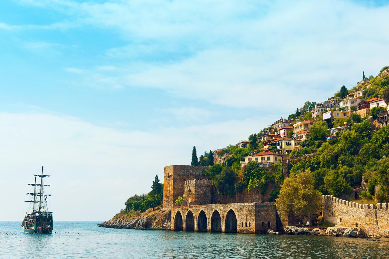 La riviera turque, ou côte méditerranéenne, baignée de soleil 300 jours par an, 1 673 km de plages de sable fin, bordée au Sud par la Méditerranée et au Nord par la chaîne des Monts Taurus, est l'une des plus belles régions au monde.  Antalya, paradis terrestre, ville datant de 50 000 av. J.C., regorge de sites antiques.  À l'Ouest de Finike se trouve Demre, où le Père Noël aurait vécu.  À l'Est d'Antalya, la Pamphylie, la ville antique de Pergé fondée par les Hittites. Des sites antiques tels que Olympos, Myra, Simena, Patara, Kemer, Aspendos, Perge, Xanthos, Side, Tarse, Antioche parent la région.  La ville des roses, Isparta, est l'un des plus importants centres de production de parfum de rose.  Mersin, une ville moderne avec d'innombrables plages de sable et d'extraordinaires boulevards de promenade le long de la côte. Des promenades à vous couper le souffle.